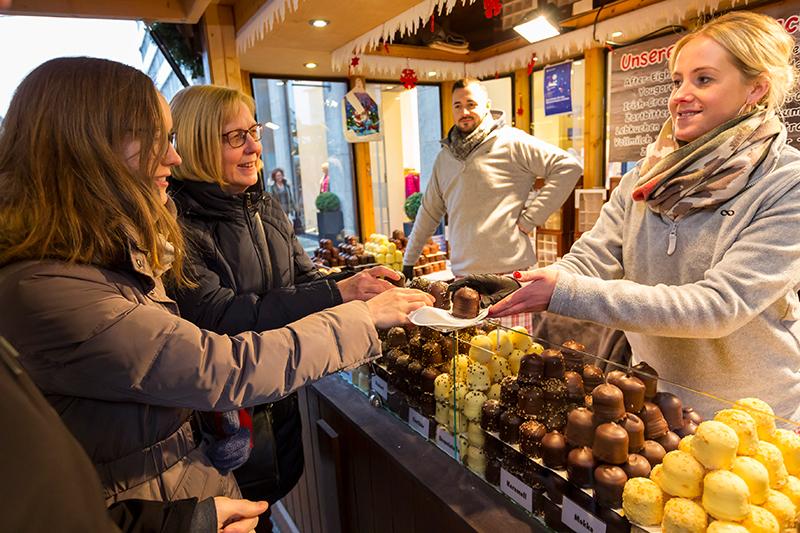 Verkauf von Schaumküssen am Weihnachtsmarktstand
